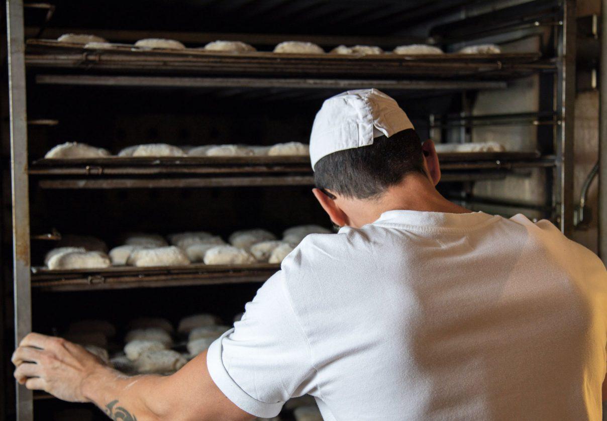 Bäckerermeister bei der Arbeit