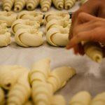 Fromen von Croissants in der Winkler Backstube
