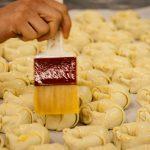 Bestreichen von Croissants in der Winkler Backstube
